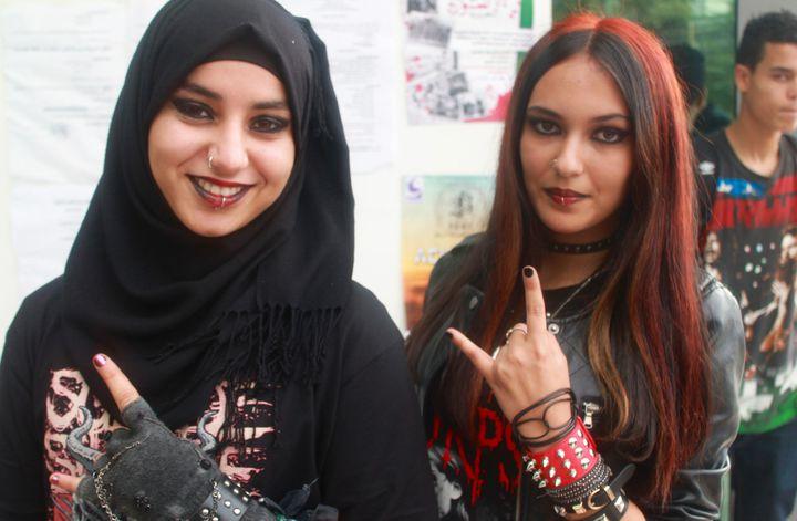 """De jeunes algériennes venues assister au Festival de rock et metal """"Fest 213"""" de Constantine, le 7 novembre 2015.  (FERIEL KOLLI / AFP)"""