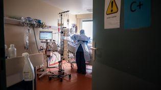 Un patient souffrant du Covid-19 dans l'unité de réanimation du centre hospitalier de l'Europe à Port-Marly (Yvelines), le 25 mars 2021. (MARTIN BUREAU / AFP)