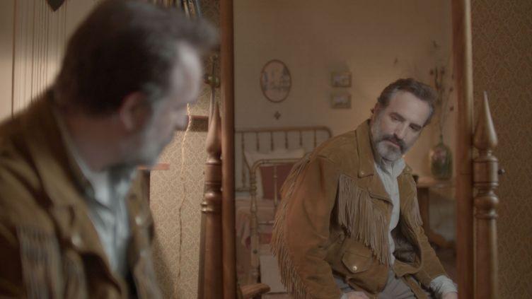 Le nouveau film de Quentin Dupieux oscille entre la comédie et le thriller avec Jean Dujardin, obsédé par son blouson en daim. (DIAPHANA DISTRIBUTION)