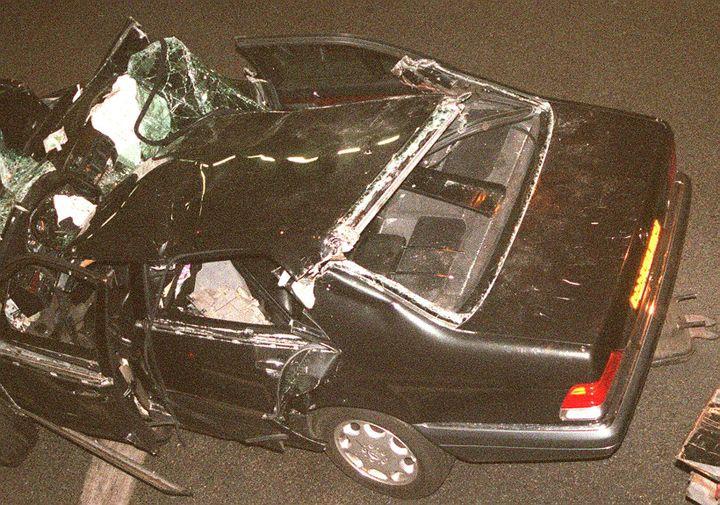 La Mercedes accidentée dans laquelle se trouvait la princesse Diana, le 31 août 1997, dans le tunnel de l'Alma à Paris. (PIERRE BOUSSEL / AFP)