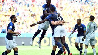 Les Bleus fêtent leur deuxième but face à l'Australie, le 16 juin 2018 à Kazan (Russie). (SAEED KHAN / AFP)