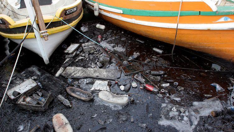 Des détritus en plastique présents dans le port de Sète, dans l'Hérault, en 2011. (TIM SOMERSET / MAXPPP)
