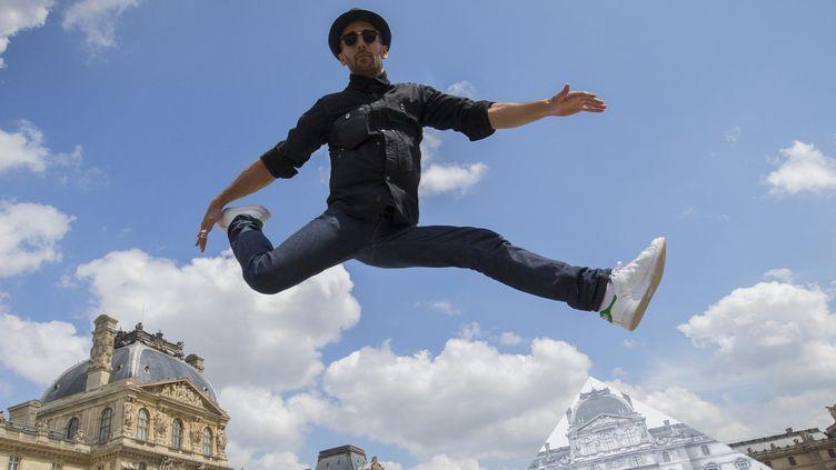 L'artiste JR devant le Louvres, à Paris, le 25 mai 2016 (JOEL SAGET / AFP)