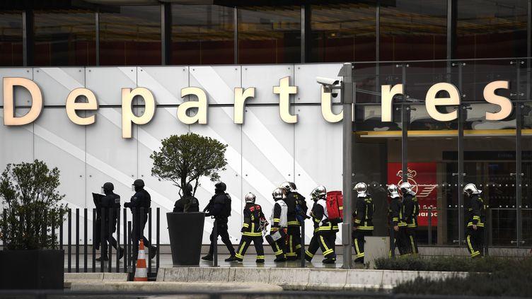 Des pompiers et des policiers devant l'aéroport d'Orly, après l'attaque du 18 mars 2017 contre des militaires. (CHRISTOPHE SIMON / AFP)