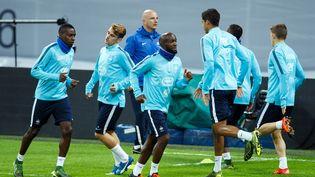 Les Bleus, dont Lassana Diarra au premier plan, s'entraînent au stade de Wembley, en Angleterre, le 16 novembre 2015. (BEN QUEENBOROUGH / AFP)