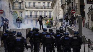 Des forces de l'ordre charge des manifestants le 14 juillet 2019, aux abords des Champs-Elysées. (KENZO TRIBOUILLARD / AFP)