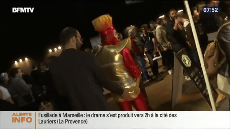 Dans son reportage à la Comic-Con, diffusé dimanche 25 octobre 2015 par BFMTV, le journaliste Rémi Perrot touche les fesses d'un participant. (BFMTV)