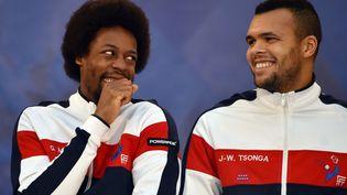 Les joueurs de l'équipe de France de tennis de la coupe DavisGaël Monfils (G) et Jo-Wilfried Tsonga plaisantent avant le tirage au sort à Lille (Pas-de-Calais), le 20 novembre 2014. (PHILIPPE HUGUEN / AFP)