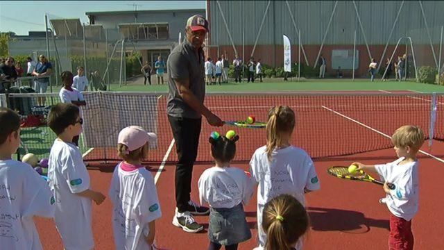 """L'ancien champion de tennis Yannick Noah a inauguré, en Gironde, deux nouvelles structures de son association  """"Fête le mur"""". Le sportif souhaite ainsi oeuvrer pour la démocratisation du tennis dans les cités."""