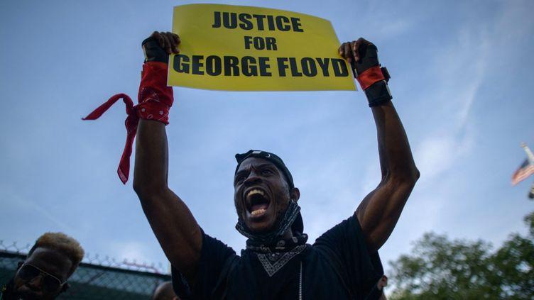 Un homme parmi le rassemblement pour George Floyd,le 25 mai 2021 à New York (USA). (AFP)