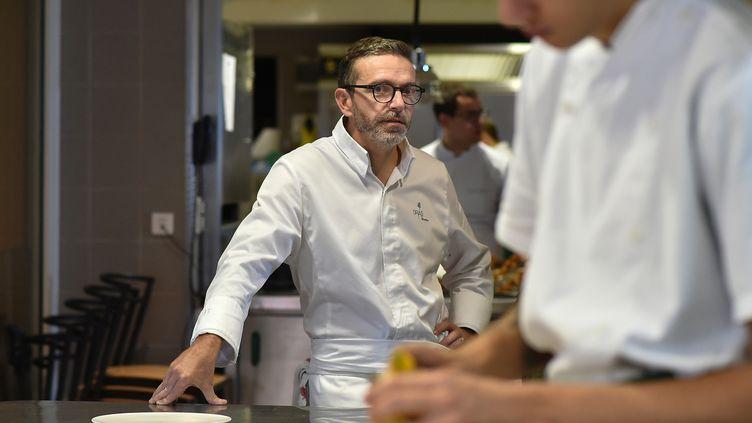 Le chef trois étoiles Sébastien Bras a obtenu le retrait de ses étoiles Michelin. Ci-contre, Sébastien Bras dans son restaurant Le Suquet, le 21 septembre 2017. (REMY GABALDA / AFP)