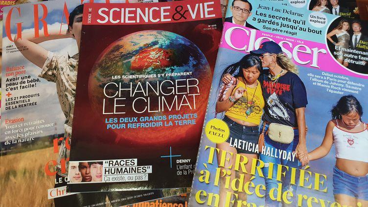 Une illustration d'une couverture du magazine Science&Vie, entouré par d'autres titres de presse, le 27 septembre 2018. (ALLILI MOURAD/SIPA)