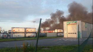 Un incendie s'est déclaré sur le site de l'entreprise CD Trans à Bassens (Gironde), dimanche 3 avril 2016, entraînant des explosions de citernes de gaz liquéfié. (FRANCE 3 AQUITAINE)