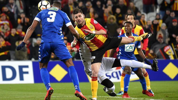 L'attaquant de Christian Lopez dans la défense de Troyes en 8e de finale de Coupe de France (FRANCOIS LO PRESTI / AFP)