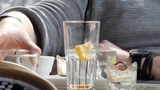 Dans certains quartiers parisiens, des bars facturent la rondelle de citron quand les clients commandent un Perrier citron. Une pratique dénoncée par des consommateurs, mais légale. (CAPTURE D'ÉCRAN FRANCE 3)