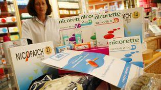 Des substituts à la nictine, dans une pharmacie de Bordeaux, le 19 octobre 2003. (SUD OUEST / MAXPPP)
