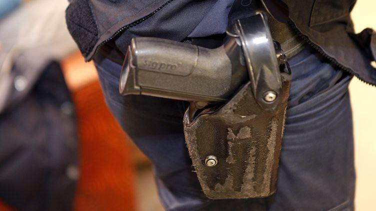 Un policier avec un pistolet semi automatique à la ceinture le 7 décembre 2016 (image d'illustration). (ALEX BAILLAUD / MAXPPP)