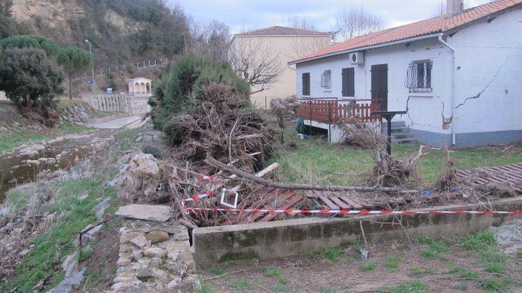 Une maison ravagée par les inondations du 17 septembre 2014, au bord du Bitoulet, à Lamalou-les-Bains (Hérault), photographiée le 25 février 2015. (CHRISTOPHE RAUZY / FRANCETV INFO)