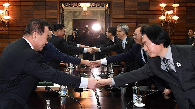 Des responsables nord et sud-coréens négocient la participation de la Corée du Nord aux Jeux olympiques d'hiver dePyeongchang, le 15 janvier 2018, dans le village dePanmunjom (Corée du Nord). (MINISTERE SUD-COREEN DE L'UNIFICATION / AFP)