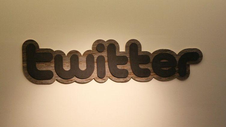 Le logo du site Twitter dans l'entrée du siège de l'entreprise, à San Francisco en Californie, le 11 mars 2011. (KIMIHIRO HOSHINO / AFP)
