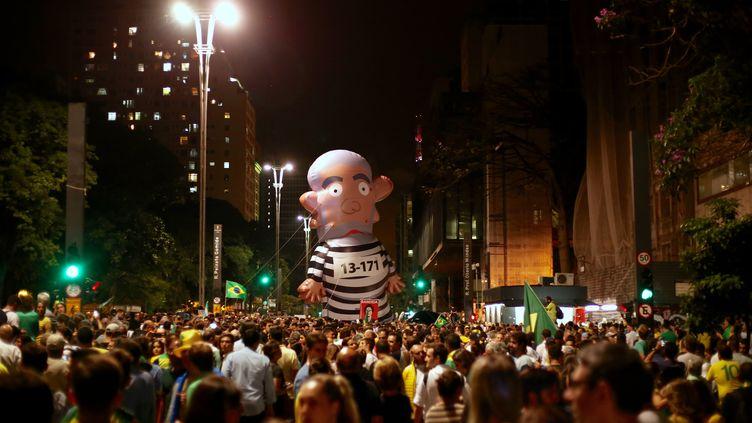 Une énorme marionnette de Lula est brandie par des manifestants sur l'avenue Paulista, à Sao Paulo (Brésil), le 16 mars 2016. (RAQUEL HOSHINO / CITIZENSIDE / AFP)