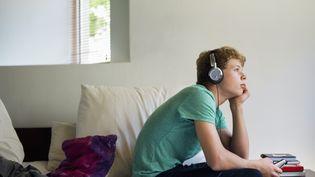 D'après une enquête Ipsos, 89% des 15-30 ans sont de grands adeptes de la musique écoutée au casque audio, en particulier avant d'aller se coucher. (ONOKY / BROOKE AUCHINCLOSS / BRAND X / GETTY IMAGES)
