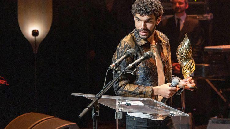 L'acteur français Sami Outalbali reçoit le Valois de l'acteur du meilleur acteur lors de la cérémonie de clôture du Festival du Film d'Angoulême qui s'est achevé le 29 août 2021. (YOHAN BONNET / AFP)