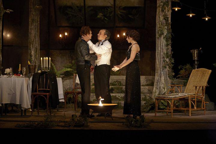 """Eric Elmonsino au centre, Simon Thomas et Suzanne Clément dans """"L'Heureux stratagème"""" (BERNARD RICHEBÉ / 2019-09-16-EDOUARDVII-STRATAGEME)"""