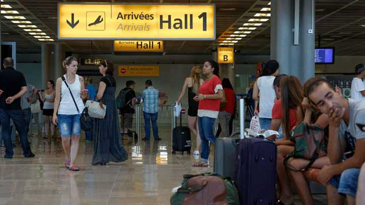 (Certains passagers du vol AH5017 étaient attendus ce jeudi à 10h40 à l'aéroport de Marignane, près de Marseille. © Dominique Leriche/PHOTOPQR/NICE MATIN)
