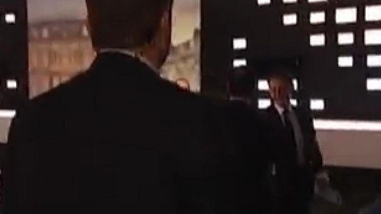 Capture d'écran de la poignée de main entre Nicolas Sarkozy et François Hollande. (DR)