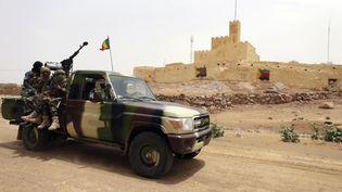 Des soldats maliens patrouillent dans les rues de Kidal, au nord du Mali, le 29 juillet 2013. (KENZO TRIBOUILLARD / AFP)