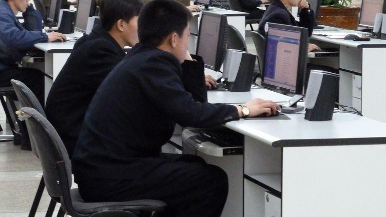 Des étudiants utilisent des ordinateurs à laGrande librairie du peuple, à Pyongyang (Corée du Nord), le 22 avril 2011. (AFP)