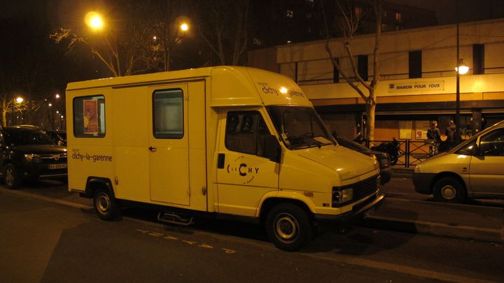 La camionnette de la ville de Clichy-la-Garenne, le 27 décembre 2011, devant la Maison pour tous. (THOMAS BAÏETTO / FTVi)