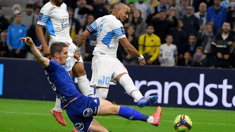 Julien Laporte au duel avecDimitri Payet lors du match de Ligue 1 opposant l'Olympique de Marseille à Lorient, le 17 octobre 2021. (NICOLAS TUCAT / AFP)