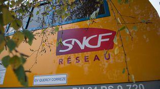 Logo SNCF Réseau, sur un train brosseur à Vierzon le 18 novembre 2016. (GUILLAUME SOUVANT / AFP)