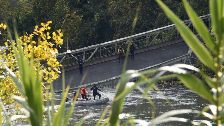 Les secours sont à l'œuvre dans l'eau du Tarn, après l'effondrement d'un pont suspendu à Mirepoix-sur-Tarn (Haute-Garonne), le18 novembre 2019. (ERIC CABANIS / AFP)