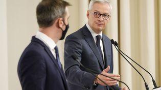 Le ministre de l'Economie, Bruno Le Maire, regarde le ministre de la Santé Olivier Véran lors du point hebdomadaire sur l'épidémie, jeudi 8 octobre 2020, à Paris. (GEOFFROY VAN DER HASSELT / AFP)
