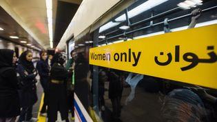 Des femmes attendent le métro à Téhéran (Iran), le 15 septembre 2014. (OLEKSANDR RUPETA / NURPHOTO / AFP)