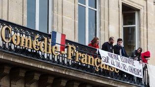 Des intermittents au balcon de la Comédie française, à Paris, le 27 avril 2016. (GEOFFROY VAN DER HASSELT / ANADOLU AGENCY / AFP)