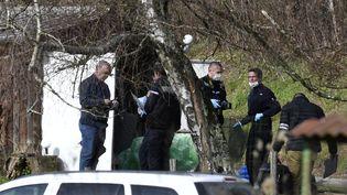Des gendarmes et des experts légistes font des recherches dans une cabane de jardin au bord d'une route à Domessin (Savoie), le 14 février 2018. (PHILIPPE DESMAZES / AFP)