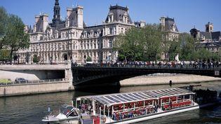 Un bateau-mouche passe près de l'hôtel de ville de Paris, le 11 octobre 2015. (ROY RAINFORD / ROBERT HARDING HERITAGE / AFP)