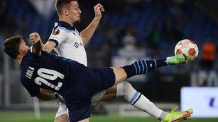 Le défenseur de l'OMPol Lirola à la lutte avec le milieu serbe de la LazioSergej Milinkovic-Savic, lors du match Lazio-Marseille à Rome le 21 octobre 2021. (FILIPPO MONTEFORTE / AFP)