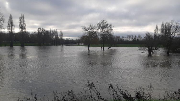 Le fleuve Charente à Saintes (Charente-Maritime), le 25 décembre 2018. (MARIE-LAURENCE DALLE / FRANCE BLEU LA ROCHELLE)
