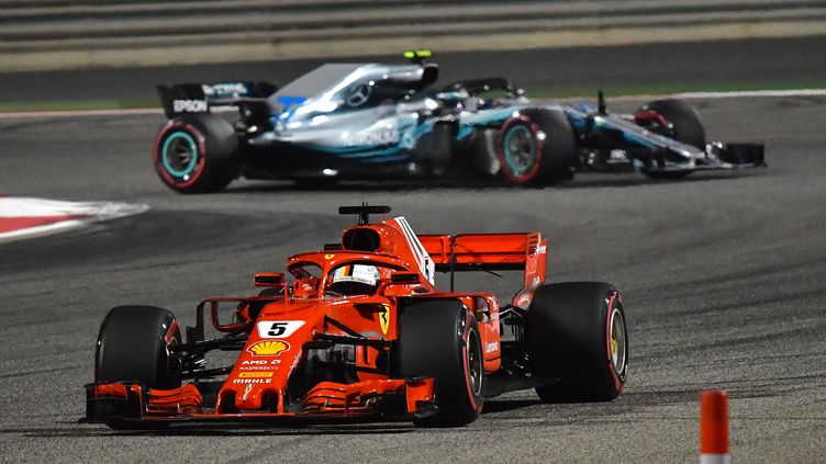 Sebastian Vettel (Ferrari) devant Valtteri Bottas (Mercedes) (GIUSEPPE CACACE / AFP)