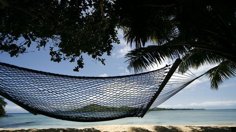C'est sur une plage des îles Fidji que Franck passera en 2017, avec 12 heures d'avance sur la France (XAVIER CAILHOL / MAXPPP)