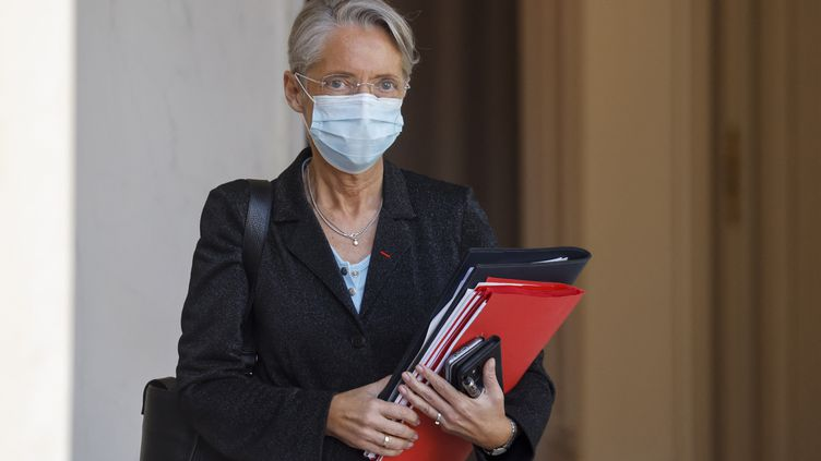 La ministre Elisabeth Borne quitte le palais de l'Elysée à Paris, le 31 mars 2021. (LUDOVIC MARIN / AFP)