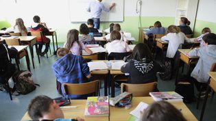 Un professeur du collège donne un cours dans un établissement de Tinténiac, au nord de Rennes, en septembre 2011. (Photo d'illustration) (DAMIEN MEYER / AFP)