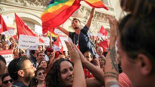 Un militant pour les droits des LGBT+ brandit un drapeau arc-en-ciel, àTunis (Tunisie), le 13 août 2018. (CHEDLY BEN IBRAHIM / NURPHOTO / AFP)
