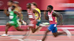 L'AméricainTrayvon Bromell (au premier plan) en difficultés lors de sa demi-finale des Jeux olympiques de Tokyo, le 1er août 2021. (ANDREJ ISAKOVIC / AFP)