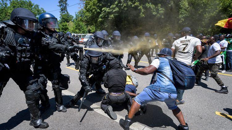 Le 29 juin 2019, la police est intervenue pour disperser les manifestants devant l'hôtel où séjourne le président camerounais Paul Biya, à Genève, en Suisse. (FABRICE COFFRINI / AFP)